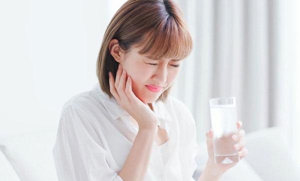 Sau khi phủ sứ răng trở nên nhạy cảm, khó ăn uống?