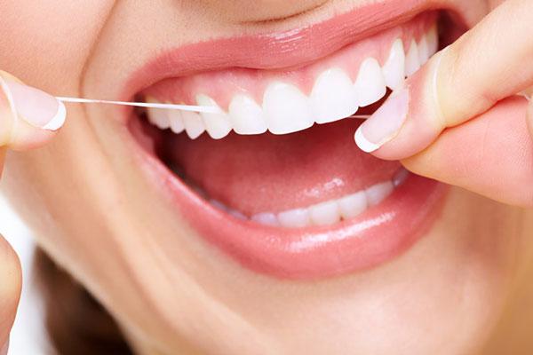 Bạn cũng nên lưu ý cách chăm sóc và vệ sinh răng miệng sau khi làm răng sứ